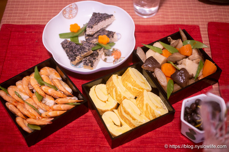 おせち料理:三段重〜エビ、伊達巻、炒り鶏