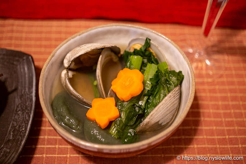お正月料理:蛤のお雑煮に梅ニンジンと桜ニンジン