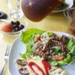 キヌア、カボチャ、鶏レバーのサラダ&オムレツ・ブランチ