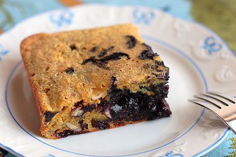 ワイルド・ブルーベリージャムとミックスナッツ入りオーブン焼きホットケーキ