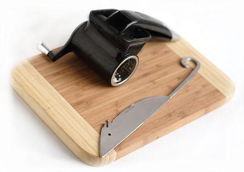 竹のまな板とネズミのチーズナイフとキッチンエイドのチーズグラインダー