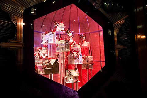 サックス・フィフスアベニューのクリスマス用ショーウィンドウ2006:カージナルと巣箱