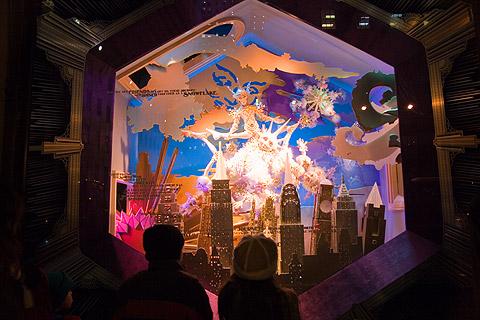 サックス・フィフスアベニューのクリスマス用ショーウィンドウ2006