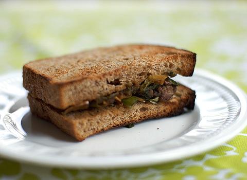 もつ生姜煮サンドイッチ