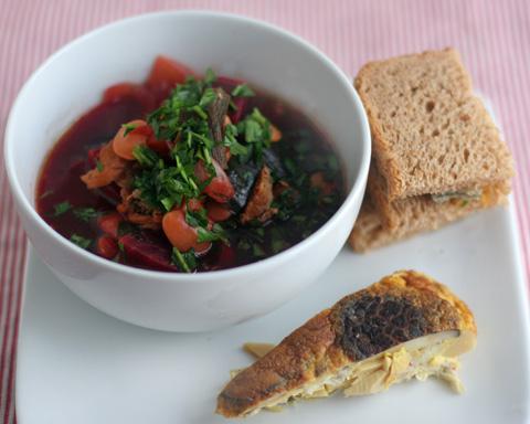 ビーツスープと卵焼きランチ