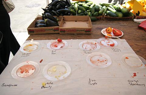 試食トマトの皿g