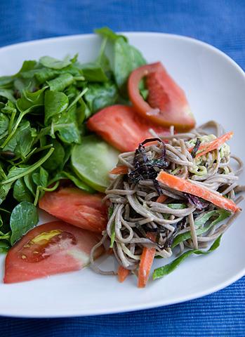 トマトとベジタブル・蕎麦サラダ