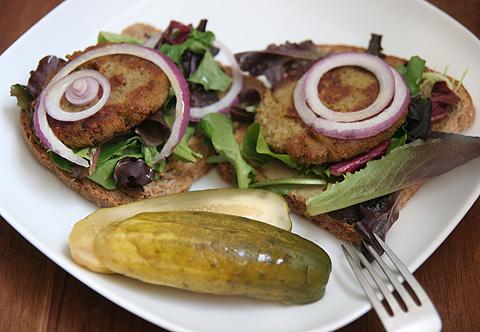 ひよこ豆のコロッケ、オープンサンドイッチ