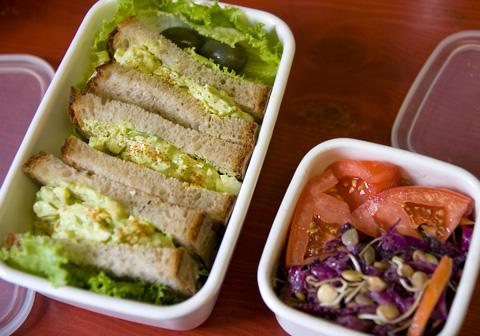 アボカド卵サンドイッチと赤キャベツのコールスロー・サラダ