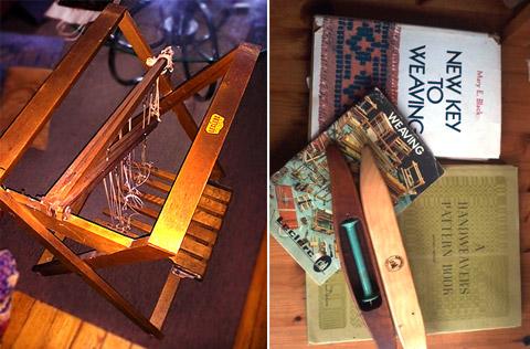 織機踏み板付きスタンドと織物の本とシャトル