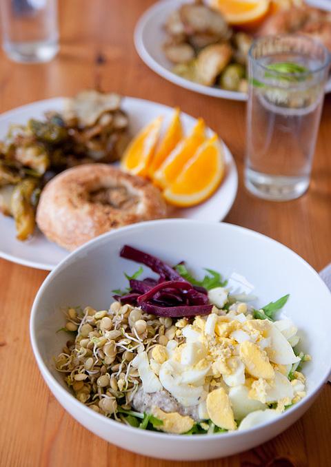 発芽レンティルとゆで卵のサラダとロースト野菜のブランチ