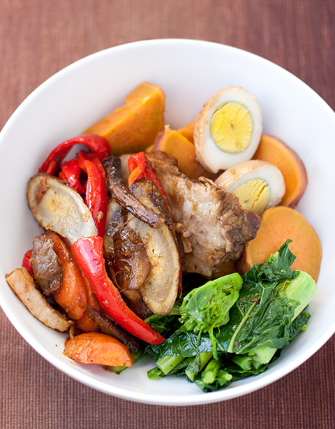 ポーク頬肉の煮込みと煮抜き卵とお野菜丼