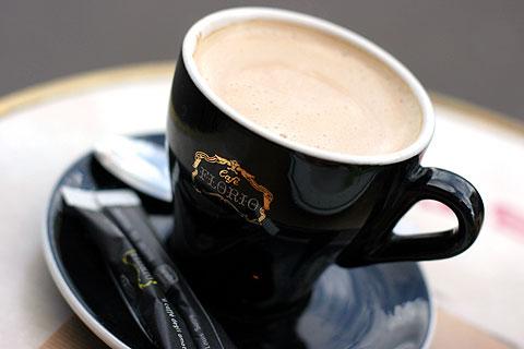 最後の一杯、パリのカフェ
