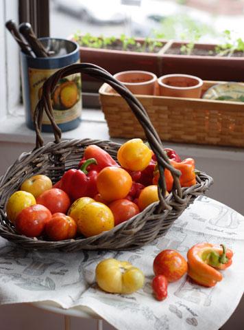 窓辺のトマトとスイートペッパー
