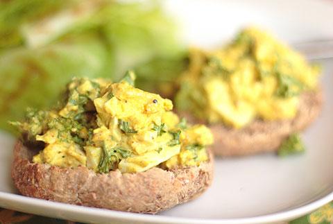 ゆで卵と豆腐のせイングリッシュマフィン