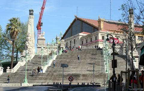 下から見上げるマルセイユの駅