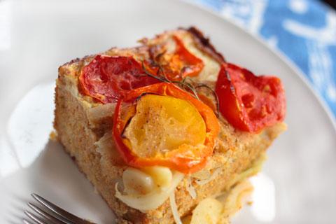 トマトとペッパーのせコーンブレッド