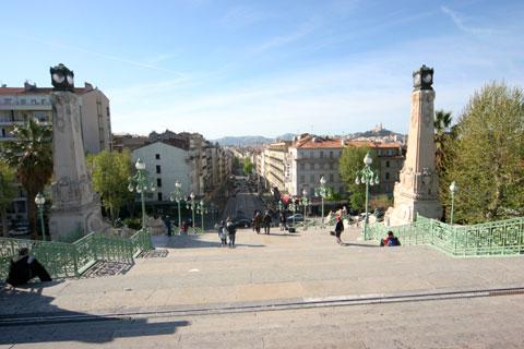 マルセイユの駅の階段の上からの眺め