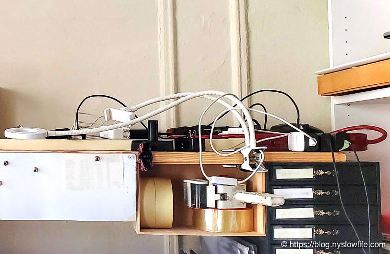 【片付け100日の旅】5日目:仕事机の上の電源プラグごちゃごちゃ〜片付け前拡大