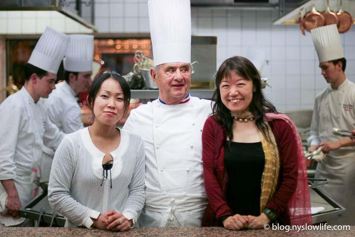ポール・ボキューズの厨房でシェフと記念撮影